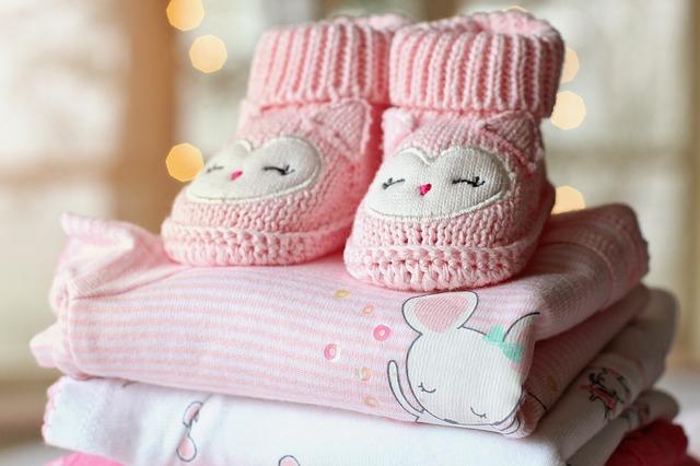 Oblečení pro holčičku, včetně růžových bačkůrek