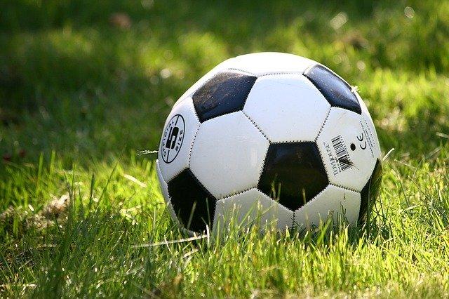 míč na trávníku