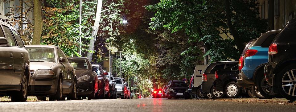 plná ulice aut