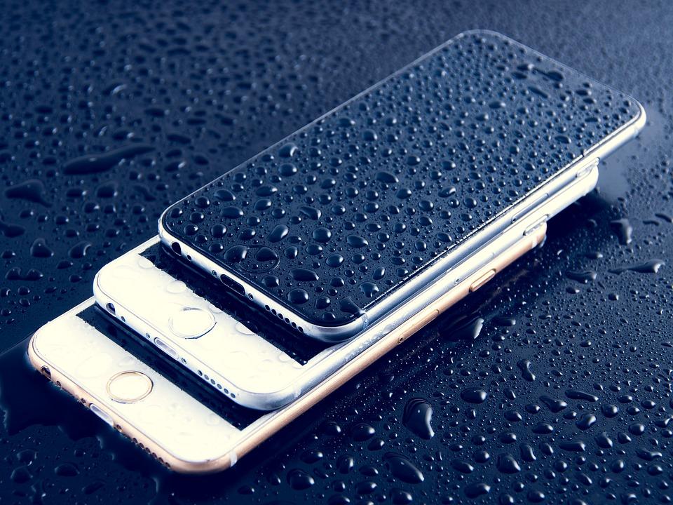 tři telefony